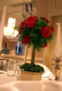 elegencka dekoracja stołu w restauracji, różane drzewko