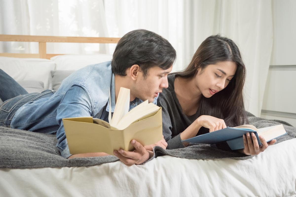 zakochana para czytajaca wspólnie książki