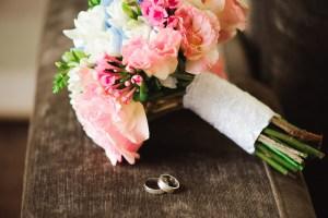 pastelowy bukiet ślubny i obrączki