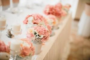 delikatna romantyczna brzoskwiniowa dekoracja stołu