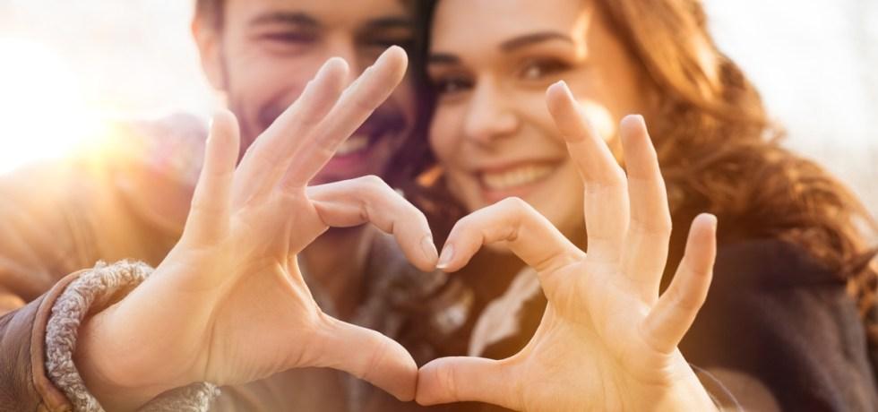 szczęśliwe małżeństwo z dłońmi złożonymi w kształt serca