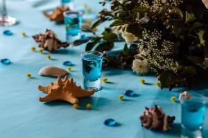 morska, niebieska dekoracja przyjęcia z muszlami i kamieniami
