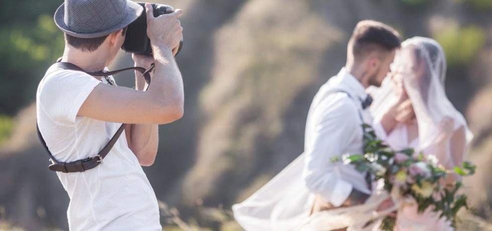 fotograf ślubny podczas sesji młodej pary w plenerze