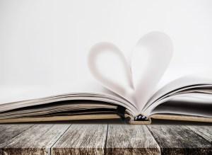 kartki romantycznej ksiązki złożone w kształt serca