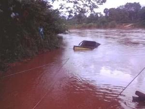 Carro cai em rio de Tasso