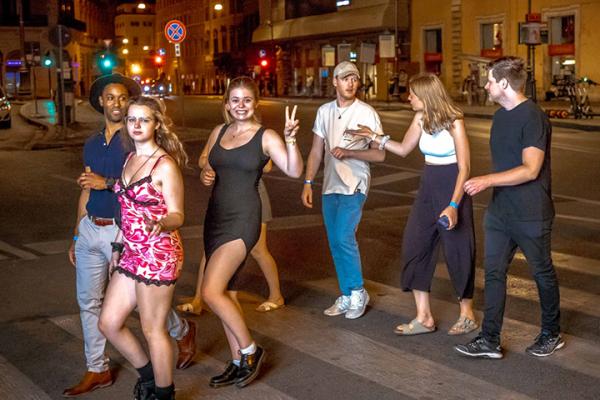 saturday night pub crawl in rome party night