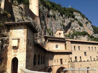 Il monastero benedettino detto Sacro Speco a Subiaco è raggiungibile in un'ora da Roma.