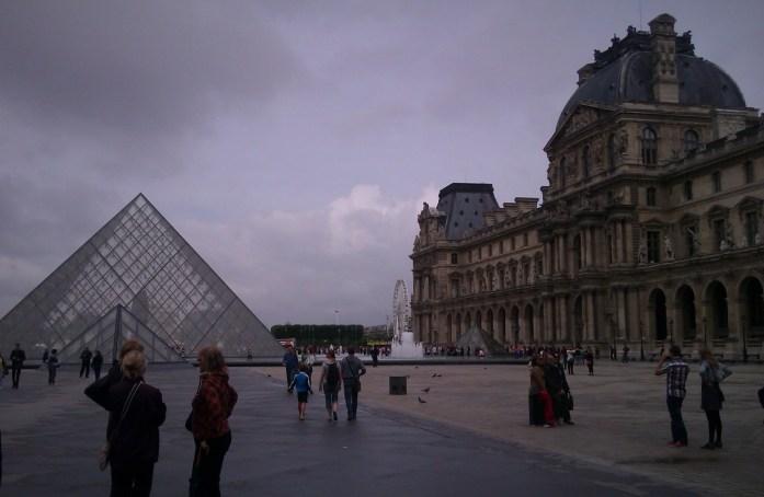 Plaza del Louvre y Museo del Louvre, París, Francia, Junio 2013