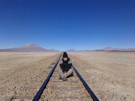 @rominitaviajera sentada en medio de unas vías de tren abandonadas, Cementerio de Trenes, Uyuni, Bolivia, 2014