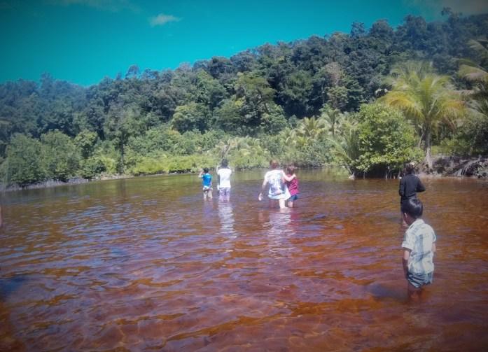 Cruzando el río con camboyanos, en Ko Rong, Camboya, viaje 2015