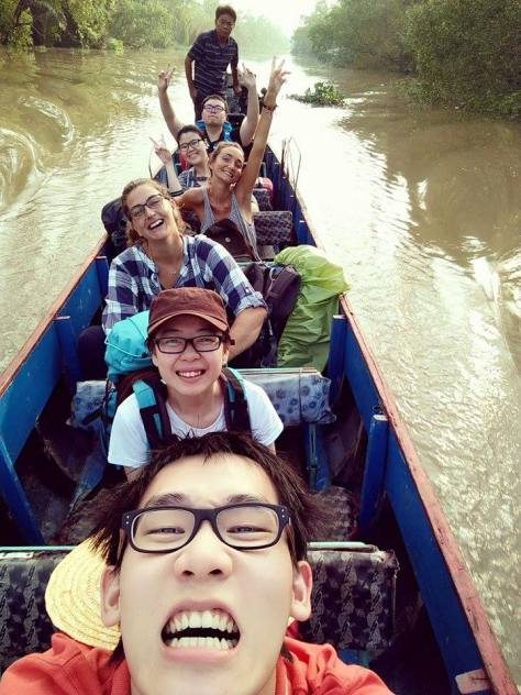 Si miran bien al fondo está el padre de la familia vietnamita, el señor de la barca, Delta del Mekong, Vietnam, 2015