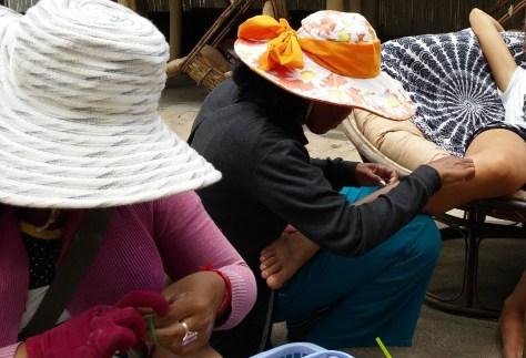 Mujeres camboyanas depilando con hilo, Odres Beach, Camboya