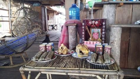 Ofrendas del Pchum Ben's Day en la casa de la familia con la que comimos, Sok San Long Beach Bungalows, Ko Rong, Camboya