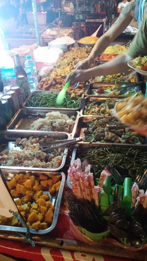 Comida del mercado nocturno, Luang Prabang, Laos, 2015