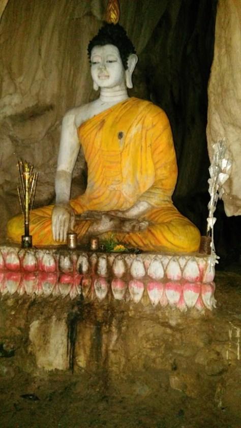 Estatua de Buda dentro de la cueva, Vang Vieng, Laos, 2015