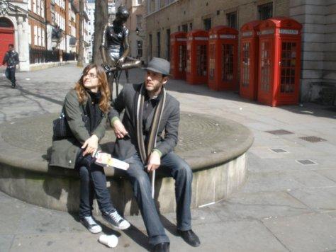 @rominitaviajera y su hermano con la Bailarina y los teléfonos rojos frente al mercado, Londres, Inglaterra, abril 2010 | viajarcaminando.org