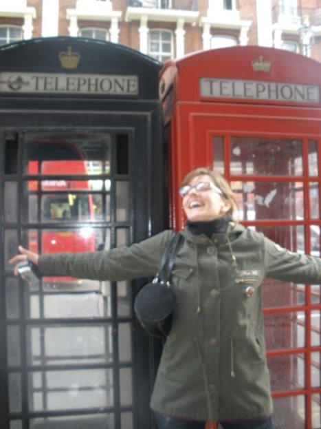 @rominitaviajera maravillada frente a los teléfonos rojos y negros, Londres, Inglaterra, abril 2010 | viajarcaminando.org