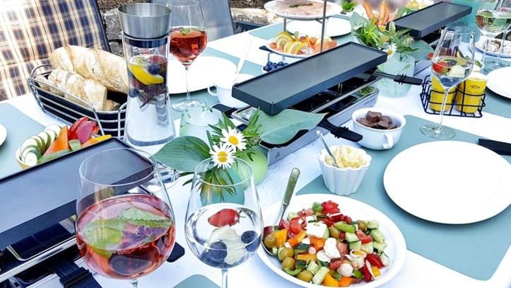 Gedeckter Tisch mit rommelsbacher Sommer-Raclette