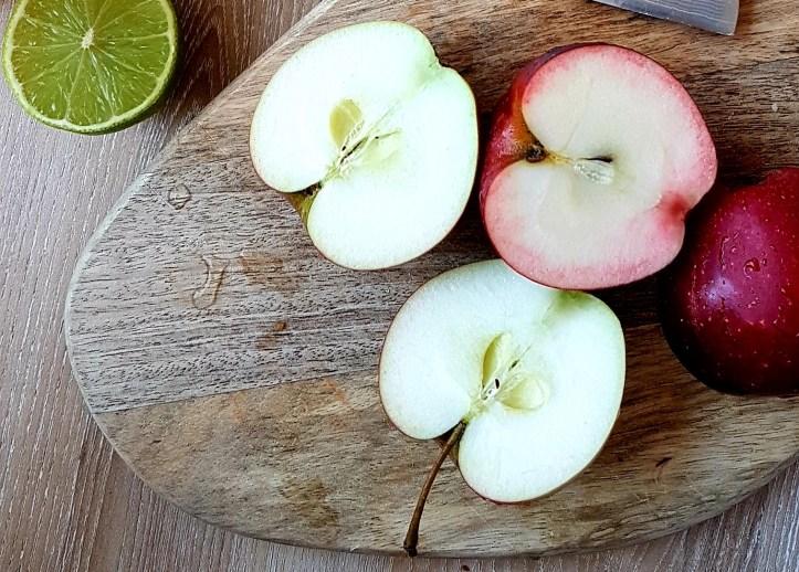 halbierte Äpfel auf Holzbrett, Rommelsbacher Apfelmus-Rezept