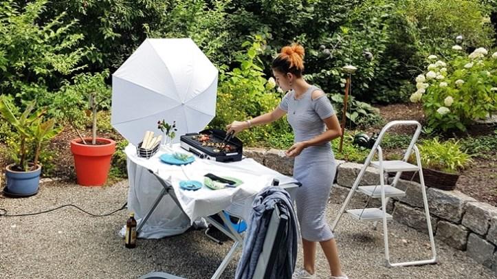Fotoset im Garten aufgebaut - Elektrogrill mit Frau