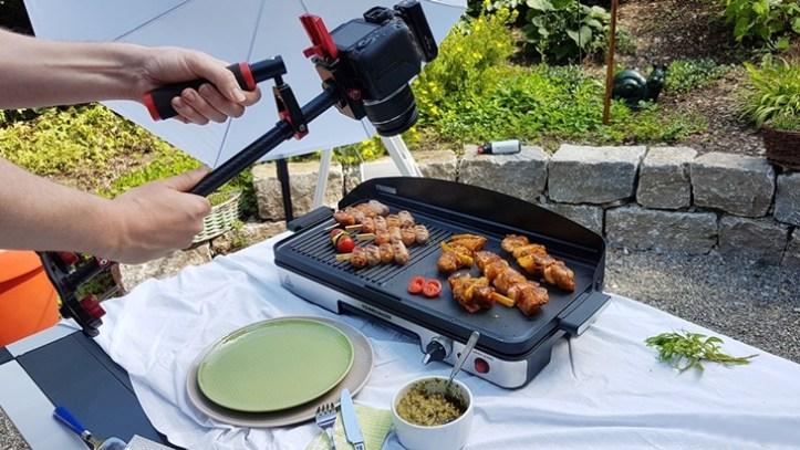 Fotoshooting im Garten mit Rommelsbacher Elektrogrill und Fleischspiessen