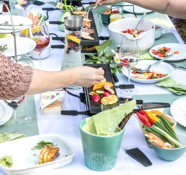 Sommer-Raclette-Grill auf gedecktem Tisch