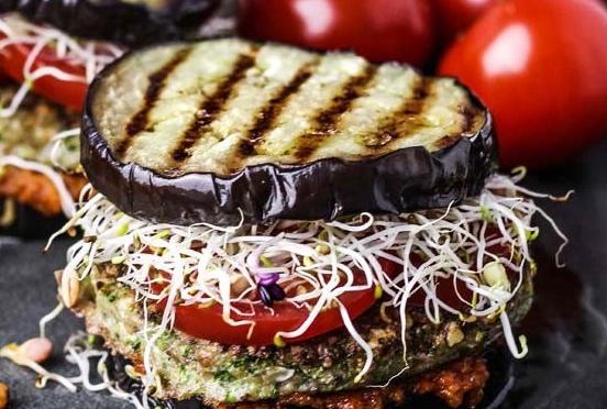 Auberginen-Burger mit Grillstreifen und Sprossen