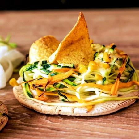 Pita mit Gemüsenudeln und Käse überbacken