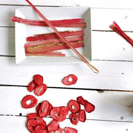 Erdbeer-Rhabarber-Chips auf weißem Grund