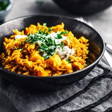 One POne pot Reis in schwarzer Schale - Dami Gojeh mit Kurkuma & Tomaten - zubereitet auf Rommelsbacher Kochplatte