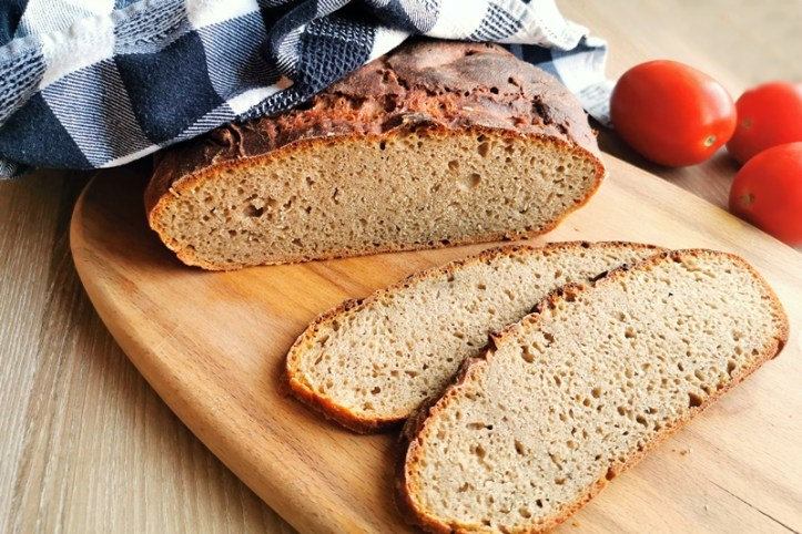 Angeschnittenes Brot mit Sauerteig aus dem Joghurtmaker - Brotscheiben auf Holzbrett