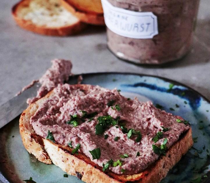 Geröstetes Brot mit veganem Leberwurst Aufstrich