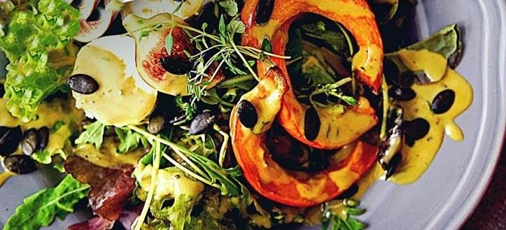 Herbstlicher Salat mit Kürbiswedges, Kürbiskernen und selbstgepresstem Kürbiskernöl.