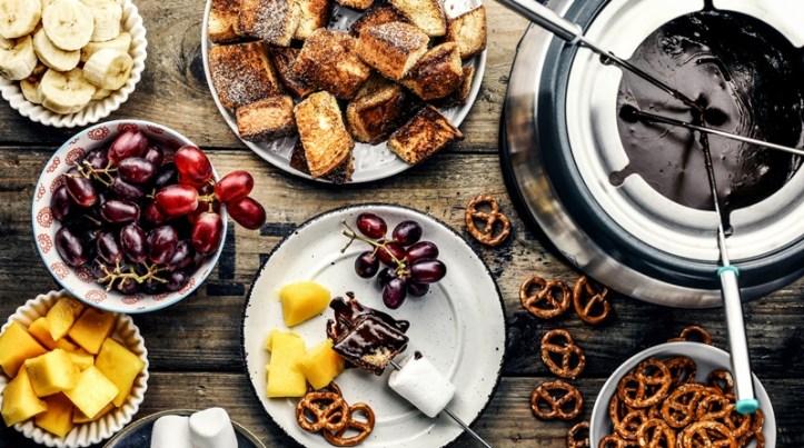 angerichtetes Schokoladen-Fondue mit Brioche Würfeln