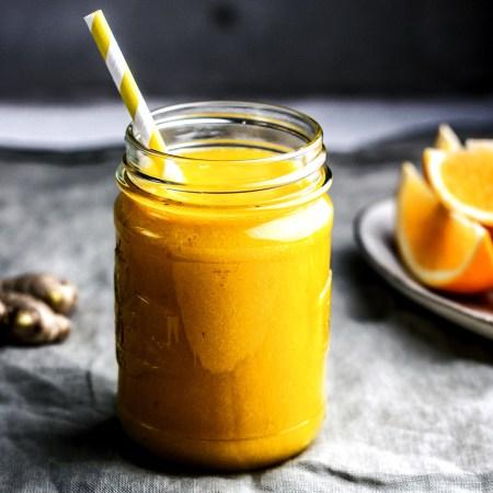 Mango-Orange-Ingwer Smoothie im Schraubglas mit Strohhalm.