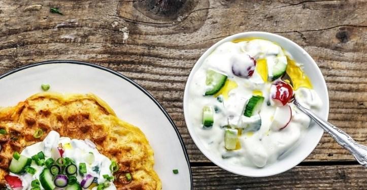 Kartoffel-Karotten-Roestis aus dem Waffeleisen mit Joghurt-Topping
