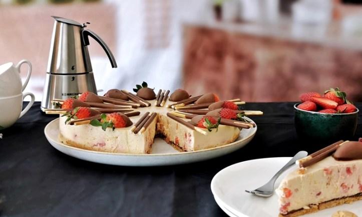 Kaffetisch mit Torte, Erdbeeren, Rommelsbacher Espressokocher, Tassen