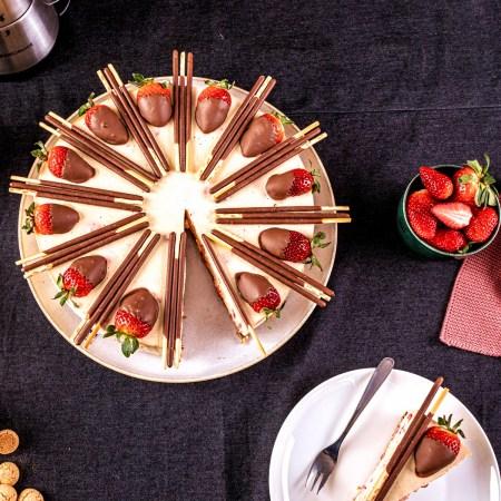 Erdbeer-Mango Torte ohne Backen mit Deko