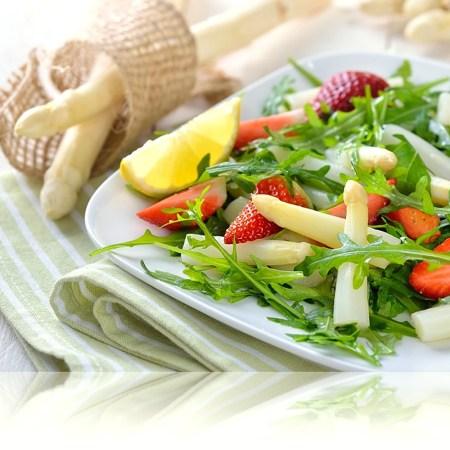 Salat mit Spargel und Erdbeeren und Rucola - DAmpfgarer Rommelsbacher