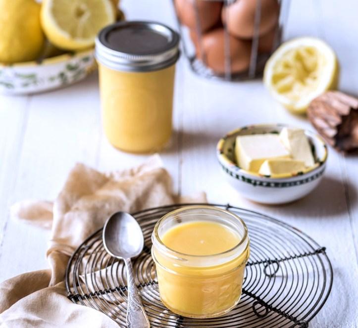 Lemon Curd im Glas mit Butterschale