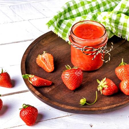 Erdbeer-Kokos-Marmelade aus dem Brotbackautomaten - auf Holzteller