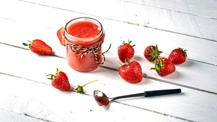 Erdbeer Kokos Marmelade im Glas mit Erdbeeren und Löffel