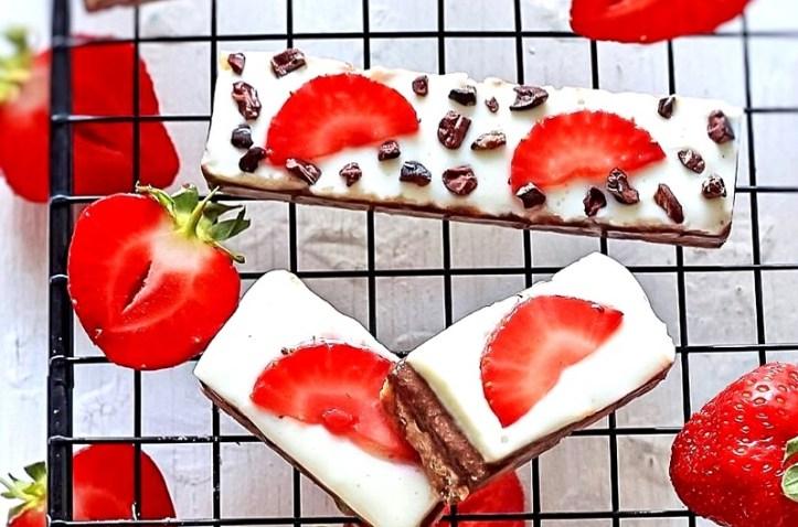 Cheesecake Schnittchen lowcarb, mit frischen Erdbeeren - Rezept-Bild