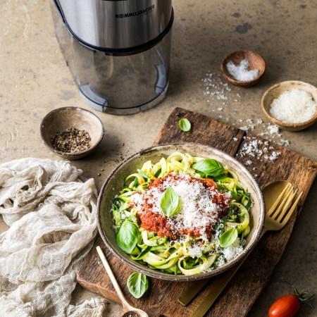 Gemüsenudeln mit Tomatensauce - elektrischer Spiralschneider Gnudel Rommelsbacher