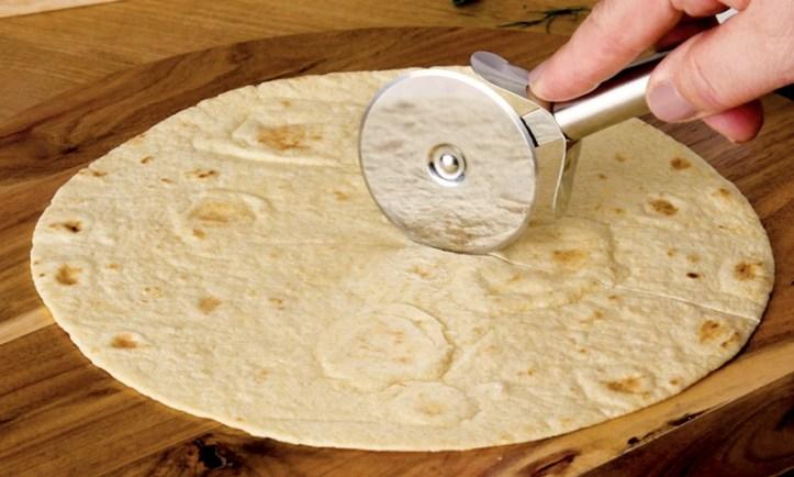 Das Schneiden von Tortilla zum tortilla wrap hack