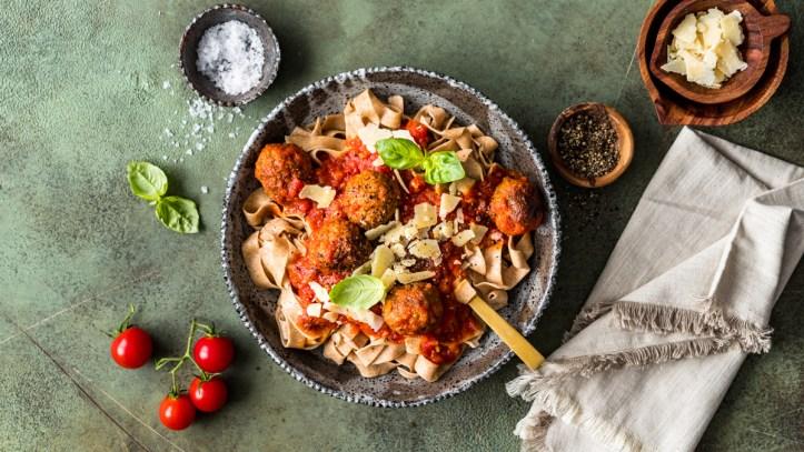 Frische Bandnudeln mit Meatballs in Tomatensauce - Nudelmaschine Pastarella