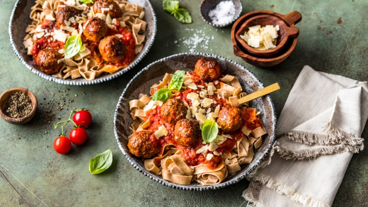 Frische Dinkel-Bandnudeln mit Meatballs in Tomatensauce