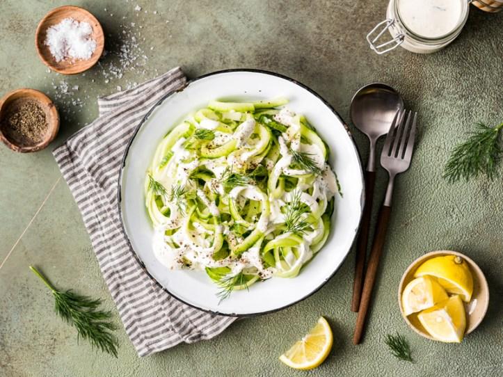 Salat aus Gurkenspiralen mit Creme Fraîche Dressing - Spiralschneider Gnudel von Rommelsbacher
