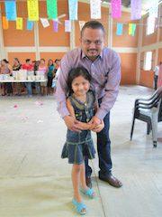 El alcalde, como siempre, saludando a todas las personas, aquí con una pequeña que dijo admirarle