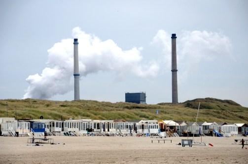 Op de achtergrond de staalfabriek van Velsen-Noord.
